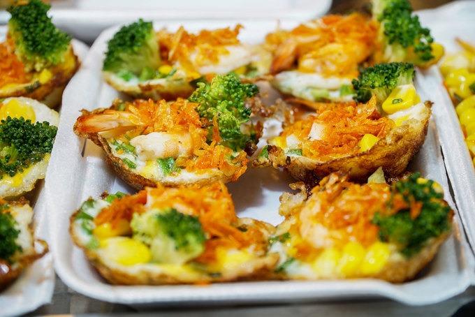 Ngoài hải sản, một số món ngon du khách nên thử ở chợ đêm là bánh trứng, kem cuộn, kẹo chỉ, bánh bò thốt nốt...