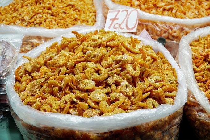 Du khách cũng có thể mua hải sản khô như tôm, mực một nắng để về làm quà.