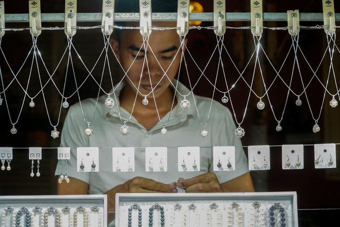 Trong chợ có nhiều quầy bày bán ngọc trai với các mẫu mã, giá cả khác nhau. Có những đôi bông tai giá vài trăm nghìn đồng, vòng cổ 400-600 nghìn đồng một dây, tuỳ loại.