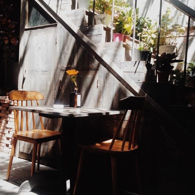 Thu dịu dàng trên từng góc phố: Ngoài những địa điểm du lịch nổi tiếng, Huế còn gây hứng thú và thương nhớ cho du khách bởi những khoảng trời thinh lặng diệu kỳ, nơi bạn có thể đọc sách, nhâm nhi một tách trà, ngắm nhìn thành phố qua khung cửa sổ và tận hưởng mùa thu sang. Ảnh: Gia Khanh.