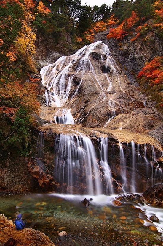 """Những thác nước đẹp du khách nhất định phải dừng ngắm trên cung đường Hakusan Shirakawa-go là thác Shiritaka với 3 tầng, thác Fukube và thác Ubagataki (ảnh). Với vô số dòng nước nhỏ rơi xuống mặt đá trơn nhẵn trông như mái tóc trắng của một bà cụ, thác Ubagataki có nghĩa là thác lão bà. Ubagataki nằm trong """"100 thác đẹp nhất Nhật Bản"""" và có riêng một không gian tắm ngoài trời cho du khách. Ảnh: 1Zoom."""