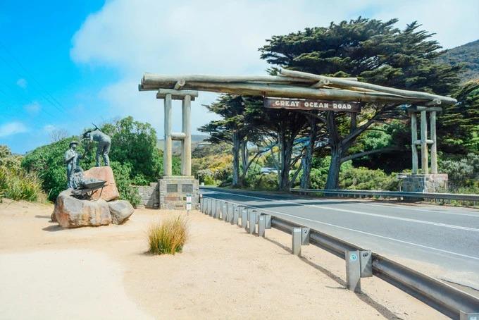Great Ocean Road là tên một trong những cung đường đẹp nhất ở Australia, ôm lấy đường bờ biển phía tây nam nước này, dài gần 300 km. Cung đường huyền thoại được rất nhiều du khách yêu thích vì khung cảnh hoang sơ và tráng lệ.