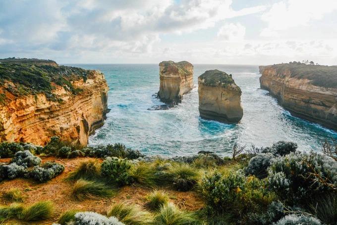 Island Arch là một phần của công viên quốc gia Port Campbell. Đây là một trong những điểm ngắm cảnh nổi tiếng, chỉ sau 12 vị tông đồ. Hai khối đá vôi đứng biệt lập trước hẻm núi hình vòng cung, tạo nên khung cảnh kỳ vĩ khó tả.