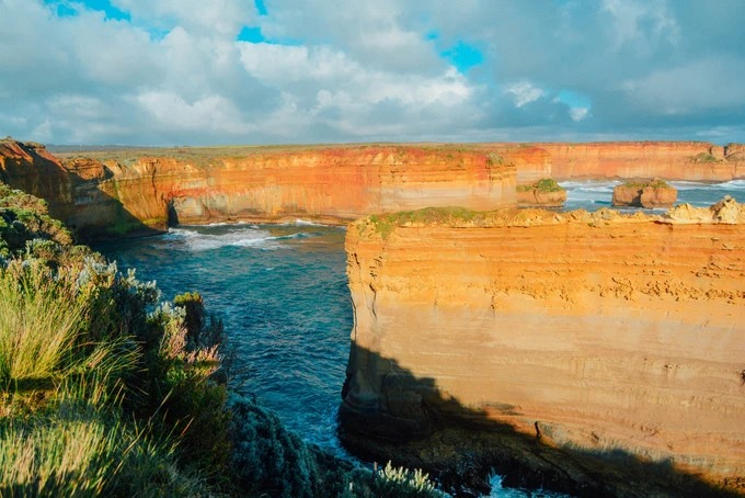 Khu vực này có tên là Razorback. Dưới ánh hoàng hôn, từng vân đá vôi chuyển sắc từ vàng nhạt - vàng đậm - cam đến cam đậm rất ngoạn mục.