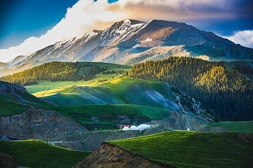 Khung cảnh núi non hùng vĩ bên hồ Sayram. Ảnh: Wildsam.