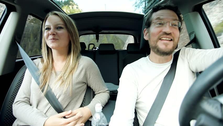 Trò chuyện trong xe: Thật tuyệt khi có một cuộc trò chuyện cùng ai đó trong lúc bạn thiếu kiên nhẫn nhất. Ngày hôm nay như thế nào là chủ đề tốt để bắt đầu một cuộc trò chuyện. Bạn có thể hỏi kế hoạch sắp tới là gì, làm thế nào để tránh bị kẹt xe trong ngày mai. Ảnh: Shutterstock.