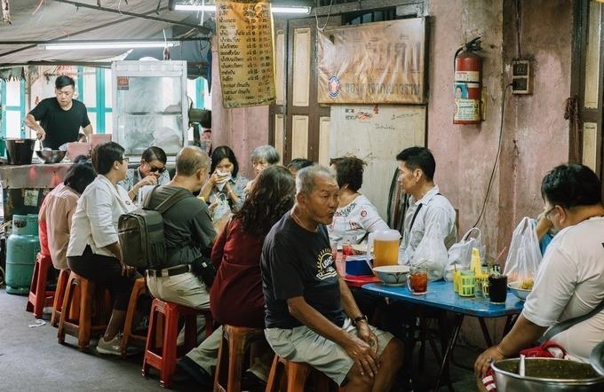 Ba Mee Jub Kang nằm khiêm tốn một góc chợ cũ ở khu phố Tàu, là điểm đến ưa chuộng của dân địa phương. Quán có vẻ tồi tàn, nhưng sau khi được nhiều food blogger giới thiệu trên các diễn đàn du lịch, nó trở nên nổi tiếng và là một trong những tiệm ăn phải ghé khi có dịp khám phá khu người Hoa ở Bangkok.