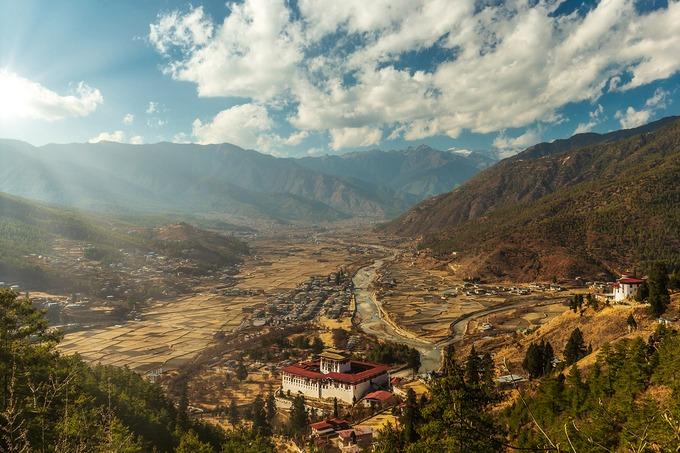 Thiên nhiên hoang sơ còn dẫn lối du khách băng qua khu rừng già và thảm hoa đỗ quyên tươi thắm để khám phá thung lũng Phobjikha, ghé thăm nhà dân địa phương để hiểu thêm về lối sống, phong tục và thưởng thức rượu gạo ara nồng say.  Nhịp sống Bhutan bình dị, nhẹ nhàng và đầy thân thiện. Ngoài đường, những chú tiểu khoác áo cà sa đỏ đi về phía tu viện; những bát hương trầm ngào ngạt tỏa bay, hay bóng dáng người phụ nữ địu con trên môi nở nụ cười... cũng sẽ khiến tâm hồn bạn xao xuyến. Ảnh: Shutterstock/Dylan Haskin.