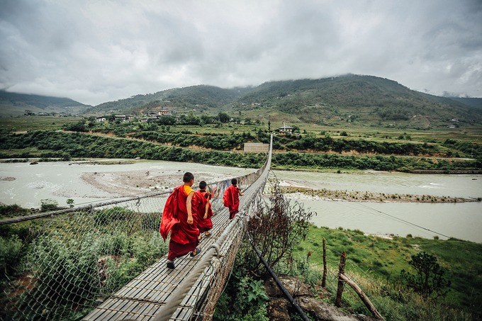 """Hành hương đến Bhutan tuyệt vời nhất là tự mình leo bộ qua những dãy núi trùng điệp để đến tu viện Paro Taktsang nằm trên một vách đá cheo leo cao gần 3.000 m so với mực nước biển. Tu viện xây dựng từ hàng trăm năm trước và được bảo tồn nguyên vẹn đến ngày nay. Nơi đây không chỉ trở thành thánh địa linh thiêng của người dân Bhutan, mà còn là """"thiên đường"""" của người leo núi. Ảnh: Shutterstock/s_jakkarin."""