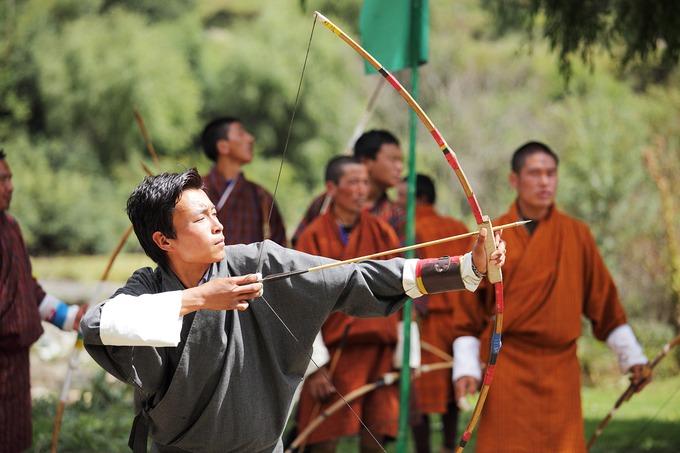 """Bên cạnh đó, song song với việc khám phá """"miền hạnh phúc"""", trong hành trình này du khách còn được tham gia vào buổi lễ cầu may mắn và bình an tại chùa Draphu Choling Gonpa của ngài Phật sống Ngawang Chogyal. Tại đây, du khách sẽ được các nhà sư làm lễ cầu nguyện, mong hạnh phúc và bình an trong cuộc sống. Ảnh: Shutterstock/PI."""