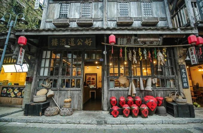 Một cửa hàng bán đồ ăn được thiết kế tỉ mỉ. Từ các vò rượu cho đến các dụng cụ nấu ăn truyền thống đều được trang trí rất cẩn thận. Du khách có thể gọi đồ và ăn ngay tại không gian này