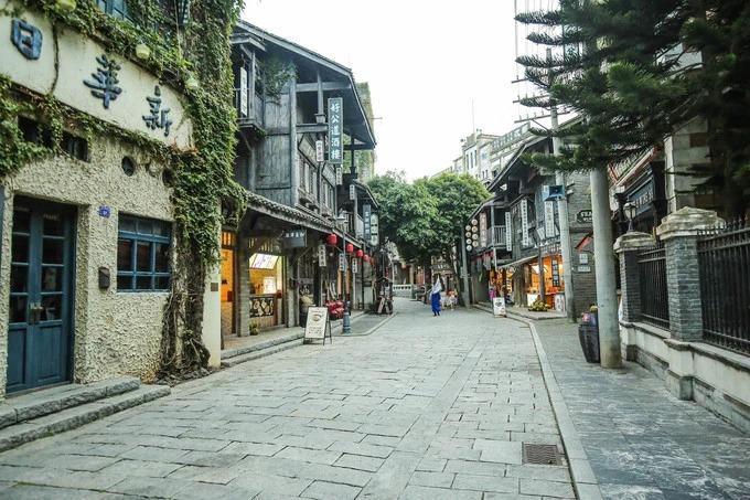 Tại khu đường 1942, du khách như bị lạc vào những con phố của đất nước Trung Quốc giữa thế kỷ 19. Đường 1942 gồm 91 toà nhà trong thời kỳ quốc dân Đảng, bao gồm cả nơi ở của Tưởng Giới Thạch, nhà hát, tháp chuông, nhà thờ…