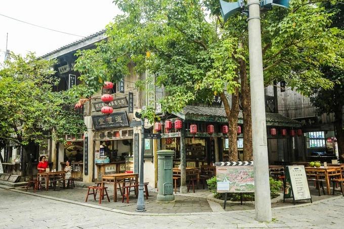 Các hàng, quán ăn được xây dựng theo lối kiến trúc truyền thống đặc trưng bình dị và thơ mộng. Điểm nổi bật tại đây là các hàng quán đều có những người bán hàng mặc trang phục truyền thống phục vụ du khách, giúp bạn có cảm giác như trở về quá khứ.
