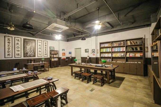 Một phòng học được trang trí công phu và cầu kỳ khiến bạn tưởng chừng đây là không gian thật chứ không phải được dựng lên.