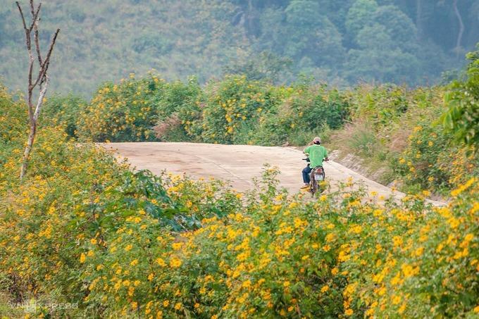 Nhiệt độ ở Chư Đăng Ya luôn cao hơn 1-2 độ so với các nơi khác ở Gia Lai do đất bazan núi lửa đã trải qua nhiều ngày khô hạn. Tuy nhiên, hoa cỏ, cây cối tại đây vẫn xanh tươi.
