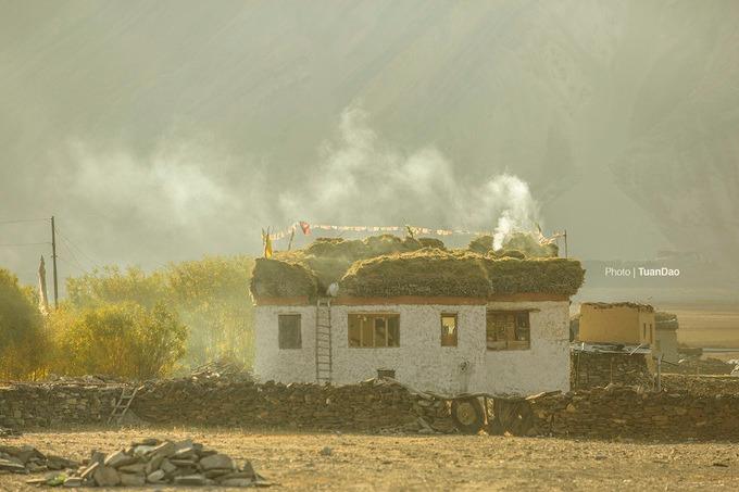 Thỉnh thoảng, bạn bắt gặp những ngôi nhà của người bản địa dưới nắng vàng rực rỡ trên đường đi dạo. Khung cảnh bình yên, dịu dàng.