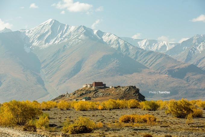 Điểm xuyết dưới núi tuyết là một tu viện cổ kính nằm lẻ loi. Ladakh là một trong những khu vực dân cư thưa thớt nhất ở Ấn Độ và văn hóa, lịch sử của nó có liên quan chặt chẽ với Tây Tạng.