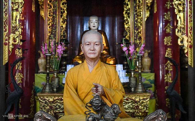 Bên trong nhà tăng đường (nhà tổ) hiện đặt tượng sáp của hoà thượng Thích Thanh Tứ, nguyên Phó chủ tịch Hội đồng trị sự Giáo hội Phật giáo Việt Nam, với kích cỡ như người thật. Có hai phiên bản tượng sáp của hoà thượng Thích Thanh Tứ, bức còn lại hiện đặt tại chùa Quán Sứ (Hà Nội).