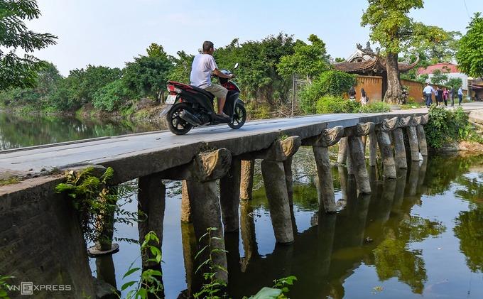 Lối vào chùa Nôm là cây cầu đá 9 nhịp đầu rồng đã có từ hơn 200 năm trước, bắc qua sông Nguyệt Đức. Đây cũng là cây cầu đá bắc ngang sông duy nhất còn lại ở Hưng Yên.