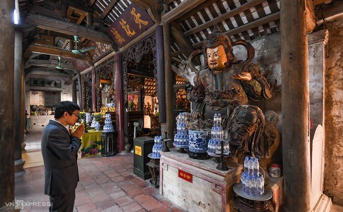 Gian tiền đường trong chùa nổi bật bởi hai bức tượng Hộ Pháp cao hơn 3 m nếu tính cả bệ đỡ. Chùa Nôm nổi tiếng bởi 122 pho tượng đất nung cổ được bài trí khắp các gian thờ, mô tả về con đường thành Phật với các hình tượng quen thuộc như Tam Thế, Tam Thánh, Phật Bà, Thập bát La Hán… Chất liệu chính để làm nên những bức tượng tại đây là đất sét, vôi, mật, giấy bản và nhiều lớp sơn phủ bên ngoài.