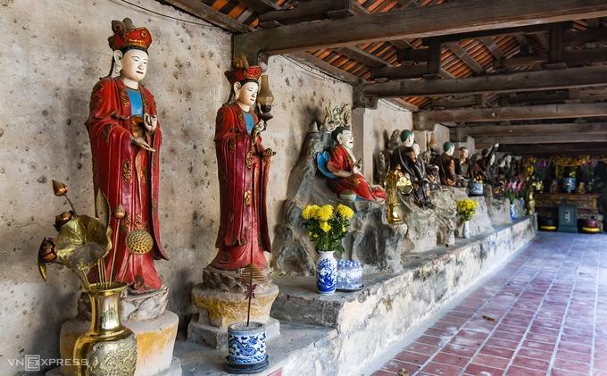 Dãy hành lang là nơi đặt tượng Bát Bộ Kim Cương, Tứ vị Bồ Tát, 18 vị La Hán… Các pho tượng được tạo tác với đủ tư thế, hình dáng, biểu cảm và nhiều kích cỡ khác nhau. Có những pho tượng to bằng người thật, trong khi số khác lại chỉ bé bằng nắm tay nhưng đều có những trạng thái riêng biệt. Theo các bia đá tại chùa ghi chép lại, chùa Nôm được xây dựng lại vào năm 1680 và trùng tu nhiều lần sau đó, tuy nhiên không ai biết rõ về lai lịch của các pho tượng và năm ra đời của chùa.