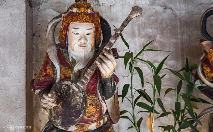 Pho tượng của một trong Bát bộ Kim Cương đặt tại nhà hành lang. Chùa Nôm từng trải qua ba trận lụt lịch sử năm 1945, 1971, 1986, nước ngập tận nóc làm lở tường, trôi cả mái chùa nhưng các pho tượng đất vẫn còn nguyên vẹn, hiện ra lớp sơn sáng bóng sau khi rửa lớp bùn đi.