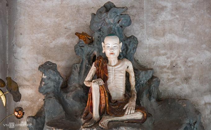 Tượng Tuyết Sơn minh hoạ thời kỳ tu khổ hạnh của đức Thích Ca Mâu Ni trước khi thành Phật. Sự tạo tác tỉ mỉ của người xưa được thể hiện qua những đường gân đắp nổi ở tay, chân của tượng cùng gương mặt và nếp nhăn trên trang phục. Hiện vẫn có nhiều ý kiến tranh cãi xung quanh niên đại của tượng chùa Nôm. Một số nhà khoa học cho rằng phong cách điêu khắc tượng thuộc về thế kỷ 10 – 13, trong khi những nhà nghiên cứu khác nhận định đây là nghệ thuật tiêu biểu vào thế kỷ 18.