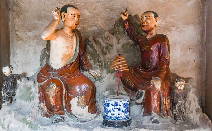 Những bức tượng tại chùa được đánh giá là mang đậm nét dân dã, thuần Việt và thoát tục. Chùa Nôm cũng được ghi nhận là nơi có nhiều tượng đất cổ nhất Việt Nam. Những chùa khác có tượng đất với số lượng ít hơn là chùa Dâu (Bắc Ninh), chùa Đất Sét (Sóc Trăng), chùa Mía (Hà Nội).