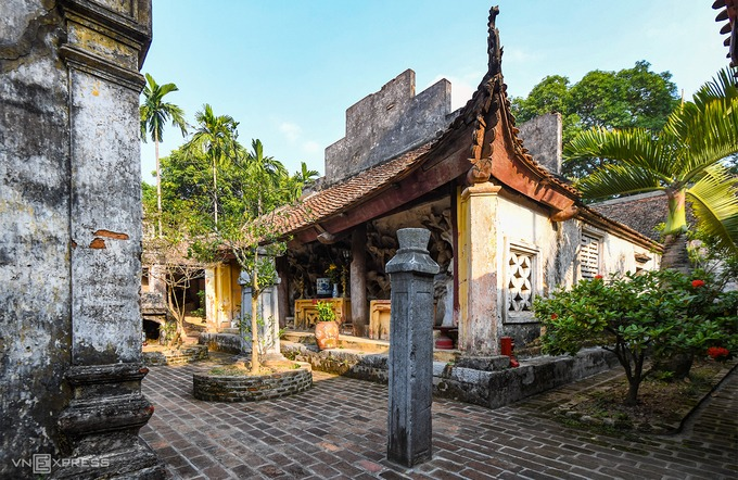 Khoảng sân trong chùa là nơi đặt các hang động, vách đá, đối diện với gian thờ Mẫu.