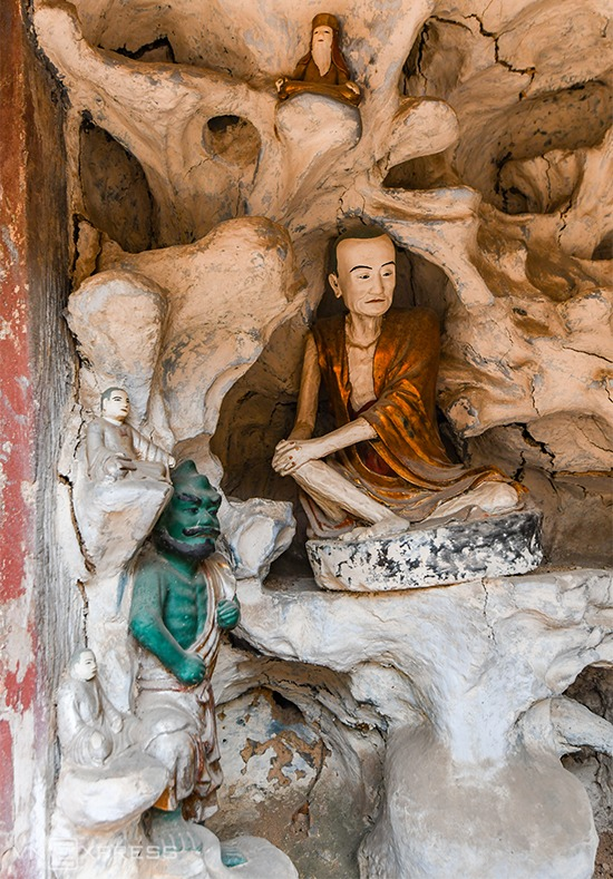 Những pho tượng bên trong các hang động đắp bằng đất ở chùa Nôm. Đây cũng là nơi có nhiều tượng nhỏ nhất trong chùa.