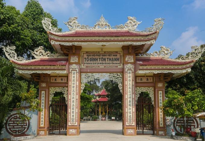 Cổng chùa xây dựng kiểu tam quan truyền thống, mỗi hàng cột đều có câu đối, các đầu đao hình rồng.