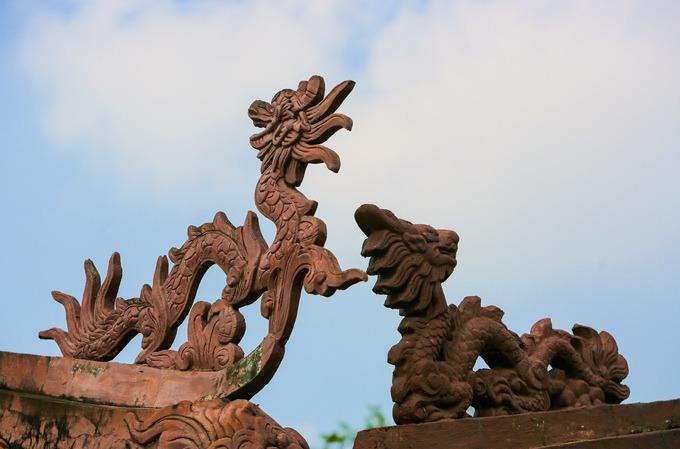 """Các đầu đao trên đỉnh mái trang trí rồng phượng, cảnh """"lưỡng long tranh châu"""" thường thấy trong kiến trúc đình chùa Việt Nam."""