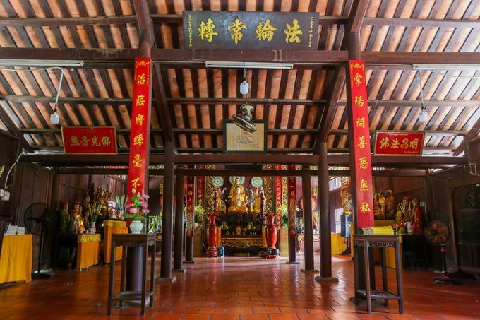 Chánh điện chùa có diện tích khoảng 180 m2. Toàn bộ hệ thống chánh, tiền và hậu điện có 108 cột và nhiều vì kèo bằng gỗ.