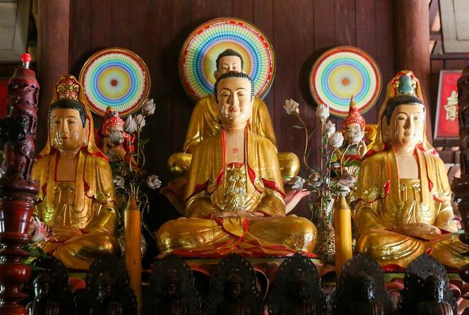 Chánh điện thờ Thích Ca Mâu Ni, Di Đà Tam Tôn, Dược Sư Lưu Ly,... bên trái thờ Địa Tạng Vương Bồ Tát, bên phải thờ A Di Đà Phật. Có khoảng 80 tượng Phật bài trí trong chùa, hầu hết làm bằng gốm và đất nung, có tuổi đời hơn nửa thế kỷ.