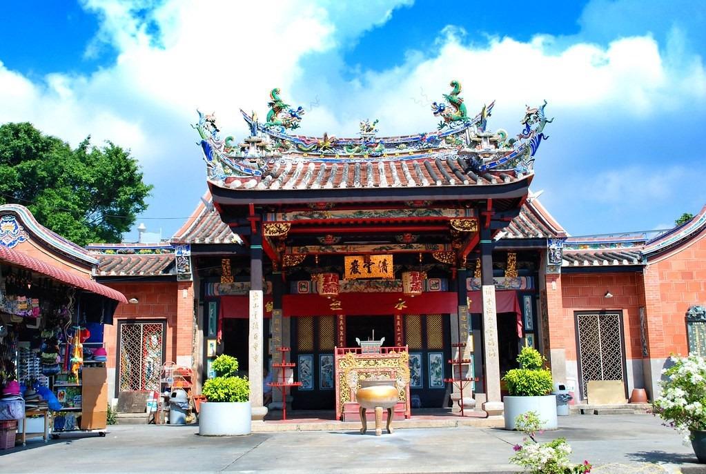 Nằm ở thị trấn Bayan Lepas, cách thành phố Georgetown khoảng 12 km, phía tây nam đảo Penang, Malaysia, đền Rắn là một trong những điểm tham quan nổi tiếng. Nơi đây được xây dựng nhằm tôn vinh Chor Soo Kong, một tu sĩ Phật giáo sống trong thời đại nhà Tống (960-1279) ở Phúc Kiến, Trung Quốc. Nhà sư có đức hạnh tuyệt vời, kiến thức y học uyên bác và luôn làm việc thiện suốt cuộc đời. Ảnh: Flickr.