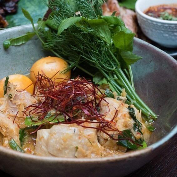 Mok Gai Kai On và Yum Neam Kao Tod là 2 món ăn được ưa chuộng nhất tại nhà hàng. Mok Gai Kai On là món được chế biến từ gà. Gà được hấp mềm và ăn kèm với lòng trứng đỏ. Tất cả được hòa quyện với thảo quả và các loại thảo mộc Thái Lan, mang lại hương thơm đặc biệt. Giá của phần ăn này là 250 baht (khoảng 195.000 đồng). Ảnh: Anemone_kate, BurapaEasternThai.
