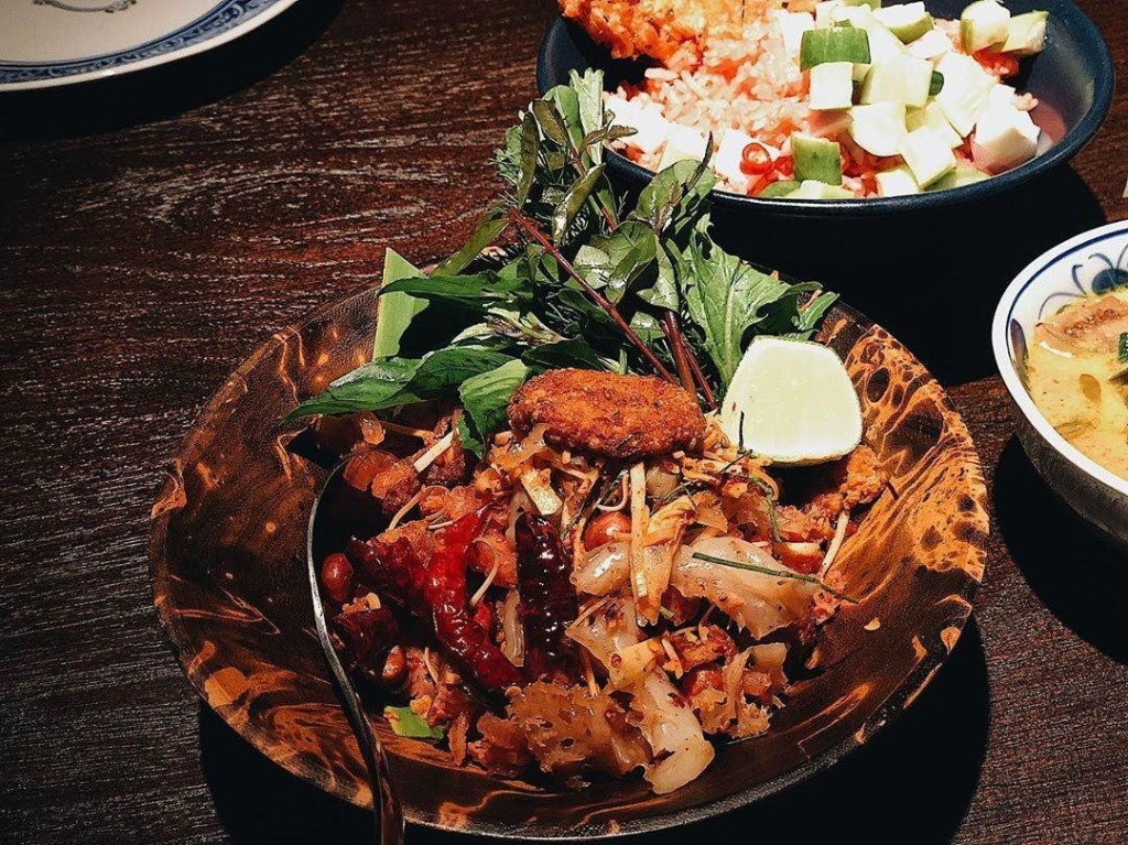 Nếu bạn yêu thích sự biến tấu hài hòa của những hương vị mới, Yum Neam Kao Tod là một lựa chọn hấp dẫn. Món ăn bao gồm thịt lợn lên men, trộn với các loại gia vị như bột ớt khô, và được phủ cơm chiên giòn bên trên. Điều đặc biệt ở món ăn này là những miếng sứa nhỏ, được nêm nếm đậm đà. Yum Neam Kao Tod có giá 220 baht (khoảng 170.000 đồng). Ảnh: Anemone_kate.