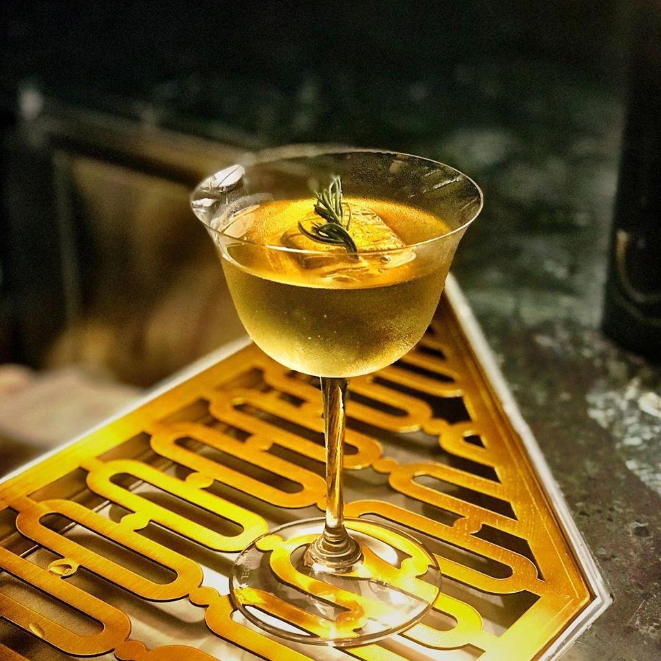 Một điều không thể thiếu khi thưởng thức ẩm thực vùng đông bắc ở Thái là các đồ uống. Nhà hàng đã tạo ra một danh sách đặc trưng, gồm 12 loại đồ uống, lấy cảm hứng từ ẩm thực phương Đông. Nổi bật trong số đó là Ammarit, một loại cocktail màu hổ phách với ánh vàng lấp lánh. Nhiều người từng trải nghiệm hương vị này thích thú bởi ly cocktail có vẻ bề ngoài hấp dẫn, trông giống như một lọ thuốc ma thuật trong phim Harry Potter. Ảnh: BurapaEasternThai.