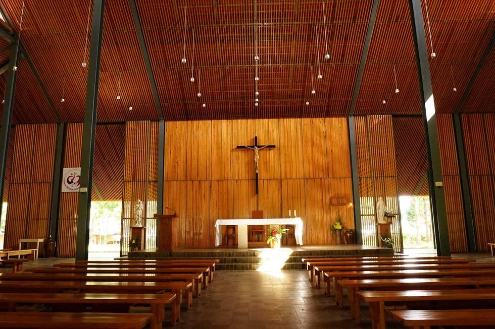 Mọi kế cấu bên trong của nhà thờ - từ trần nhà, tường, vách ngăn, bàn ghế - đều bằng gỗ thông, nguồn nguyên liệu sẵn có từ địa phương