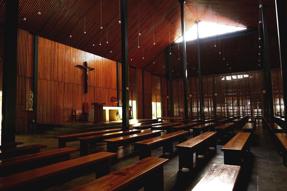 Gian chính của nhà thờ được trang trí đơn giản. Các cánh cửa luôn mở, tạo ra cảm giác thoải mái, nhẹ nhàng, không khép kín bí hiểm như các nhà thờ thiết kế theo kiểu Tây phương. Bên trong nhà thờ luôn tràn ngập ánh sáng tự nhiên thông qua các khoảng trống thông gió
