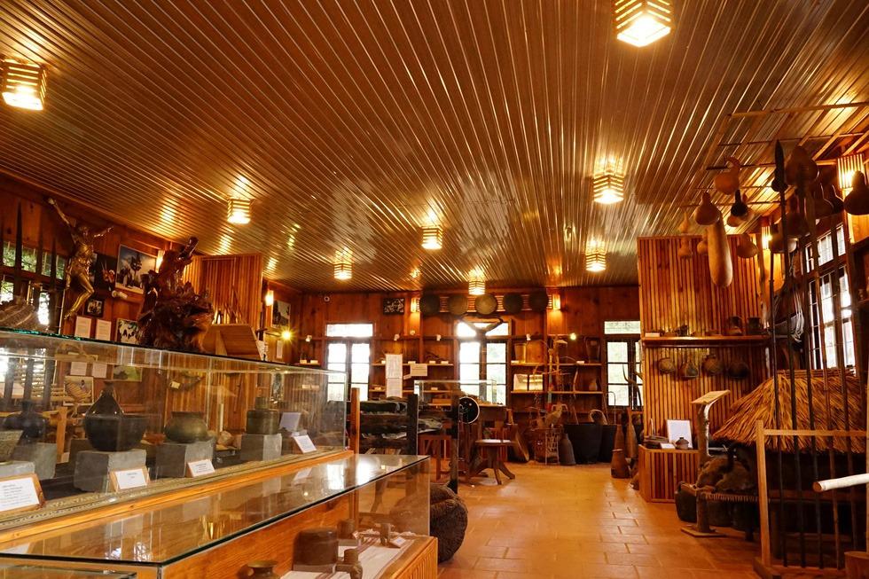 Sản phẩm gốm thủ công được làm ra bởi đôi tay khéo léo của người Churu được trưng bày khá nhiều trong gian nhà lưu niệm do cha xứ lập ra