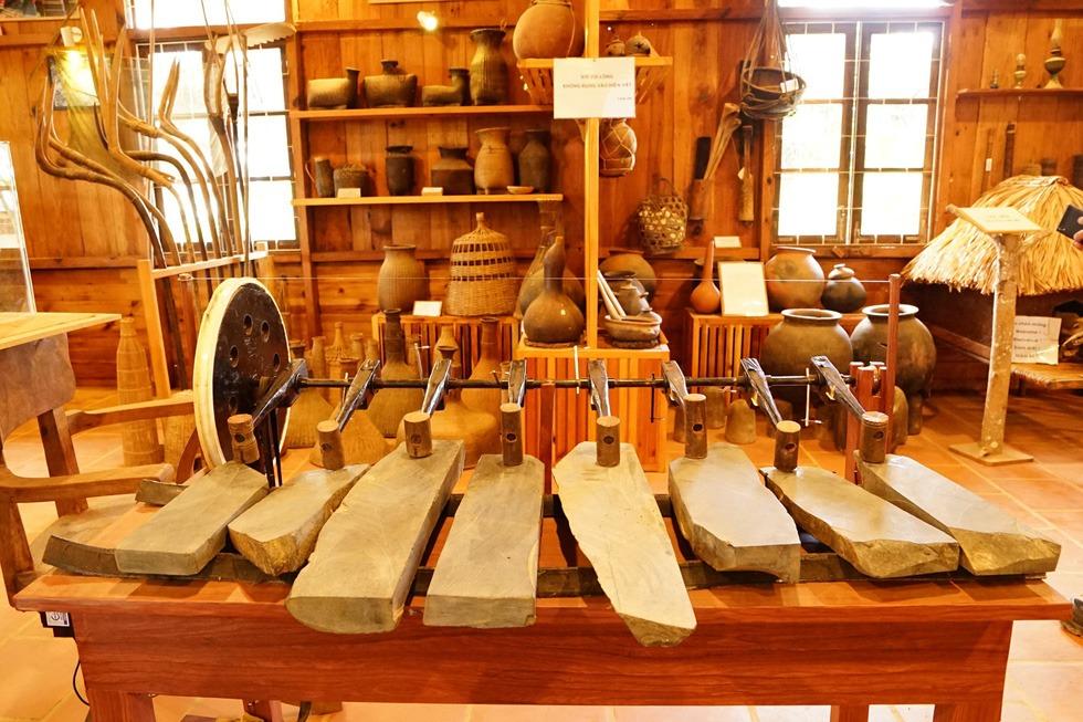 Gian nhà lưu niệm lưu trữ khá nhiểu hiện vật phong phú về đời sống sinh họa và văn hóa của người Churu
