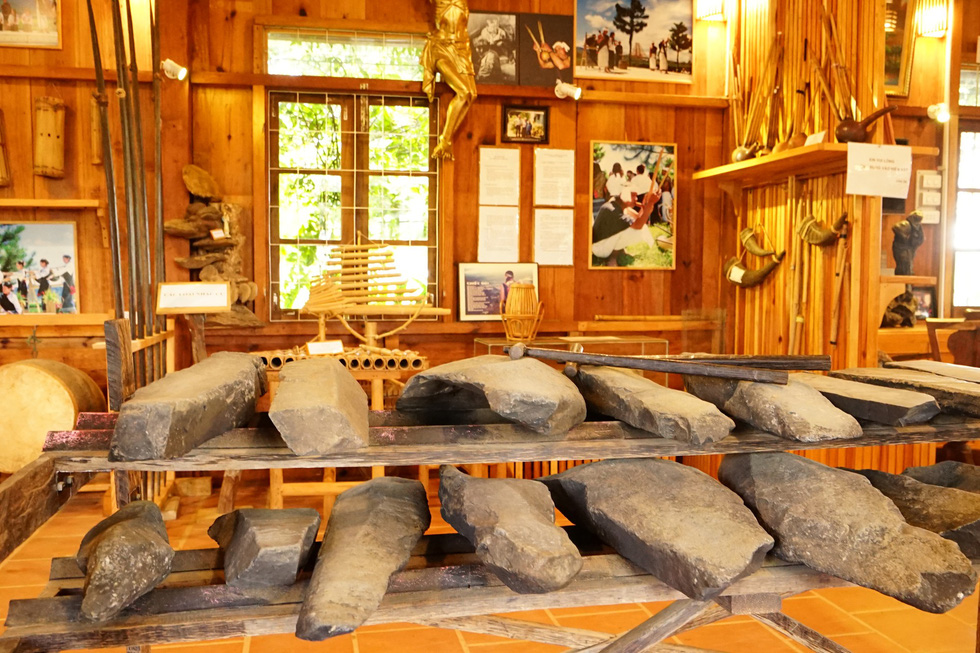 Những bộ đàn đá cùng các loại nhạc cụ tiêu biểu được người Churu sử dụng trong đời sống văn hóa và tinh thần