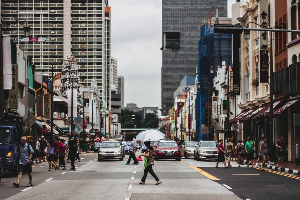 Có thể nhiều du khách sẽ ngạc nhiên khi biết rằng việc đi dạo trên đường phố Singapore cũng có thể bị phạt tiền, thậm chí phải ngồi tù. Tuy nhiên, trong trường hợp bạn đi ngoài vạch chỉ dẫn 50 m khi qua đường mới bị coi là phạm luật. Nếu là lần đầu, người vi phạm sẽ bị phạt tại chỗ từ 20-1.000 USD (460.000-23 triệu đồng) hoặc 3 tháng tù. Mức phạt này sẽ tăng lên gấp đôi là 2.000 USD và 6 tháng tù nếu tiếp tục vi phạm lần 2. Ảnh: Unsplash.