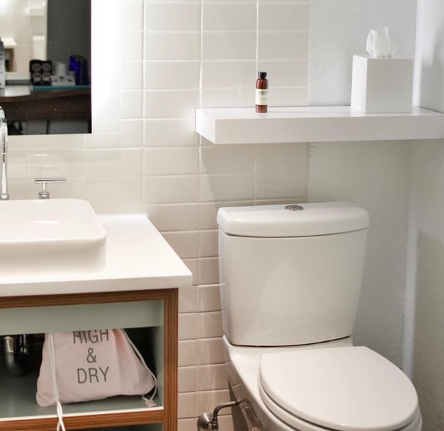 Ở đâu cũng vậy, xả nước sau khi đi vệ sinh được xem là điều tất yếu. Tuy nhiên, vẫn có một số người vô ý bỏ quên thao tác này. Singapore đã đưa ra điều luật để nhắc nhở người dân và du khách về vấn đề trên. Theo đó, mức phạt cho hành vi không xả nước ở nhà vệ sinh công cộng là 150 SGD (2,5 triệu đồng). Ảnh: Unsplash.