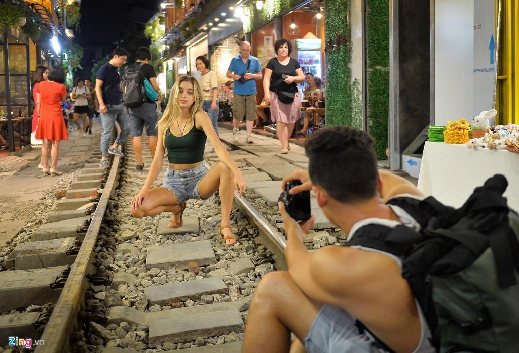 Phố đường tàu Hà Nội là một địa điểm du lịch tự phát từng thu hút nhiều khách quốc tế và dân địa phương ghé thăm. Tuy nhiên, nơi này đã chính thức đóng cửa vì các vấn đề an toàn giao thông. Đầu tháng 10, một đoàn tàu còn phải dừng khẩn cấp vì du khách tụ tập quá đông trên đường ray. Tới 12/10, địa điểm này chính thức dừng hoạt động. Một số hộ dân nộp đơn xin tiếp tục kinh doanh đã bị chính quyền quận Hoàn Kiếm bác bỏ. Ảnh: Việt Hùng.