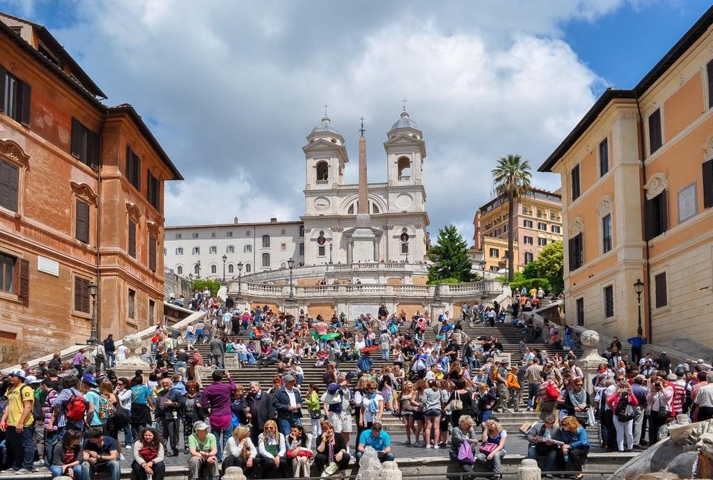 """Bậc thang Tây Ban Nha (Rome, Italy) trở nên nổi tiếng từ năm 1953 sau bộ phim Roman Holiday của Audrey Hepburn. Địa danh này nhanh chóng bị khách du lịch """"xâm chiếm"""" tàn bạo. Kết quả là bậc thang lãng mạn trong phim loang lổ những vết rượu vang đỏ và bã kẹo cao su dính chặt. Năm 2016, chính quyền thành phố đã phải chi 1,68 triệu USD để dọn vệ sinh. Hiện nay, việc ngồi trên bậc thang đã bị cấm hoàn toàn. Người vi phạm sẽ bị phạt lên tới 448 USD. Ảnh: Getty."""