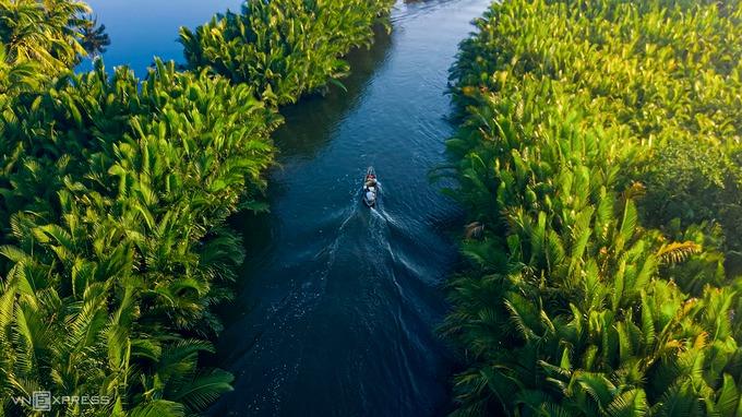 Sông Kinh Giang dài hơn 7 km chảy qua địa phận xã Tịnh Khê, Tịnh Hòa và Tịnh Kỳ (TP Quảng Ngãi), nối liền với cửa biển Cổ Lũy. Nơi đầu dòng sông thuộc xã Tịnh Khê có một rừng dừa nước hình thành hàng trăm năm trước, cách trung tâm thành phố khoảng 16 km và bờ biển Mỹ Khê của Quảng Ngãi vài trăm mét.