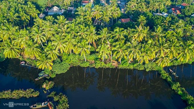 Những ngôi nhà nằm nép mình dưới những tán dừa. Người dân tại đây còn có thêm thu nhập từ nghề chặt lá dừa nước và đan thành tấm mái che đem bán.