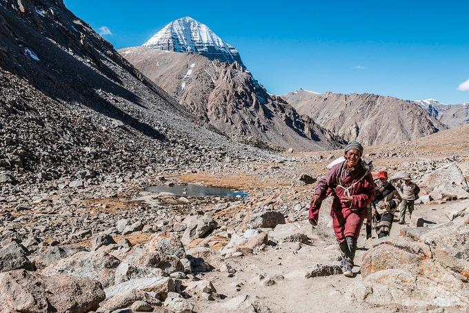 Mỗi năm, hàng nghìn tín đồ đến từ Ấn Độ, Nepal, Bhutan và Tây Tạng tới đây để thực hiện một cuộc hành hương dài 52 km quanh chân núi để cầu nguyện và thể hiện lòng thành kính của họ. Một hành trình Kailash dành cho khách du lịch thường kéo dài khoảng 15 - 20 ngày. Ảnh: Rudolf Thalhammer.